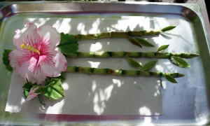 Tortendekoration Bambus mit Hibiskus